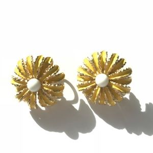 Trifari vtg yellow enamel gold tone clip earrings